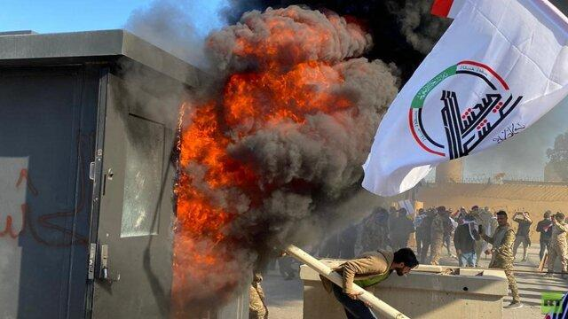 حشد شعبی به محاصره پادگان های آمریکایی تهدید کرد، حزب الله عراق: حمله به سفارت درس اول است