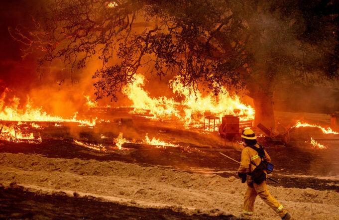 خبرنگاران هواشناسی آمریکا در خصوص گسترش آتش سوزی های کالیفرنیا شرایط قرمز بیان کرد